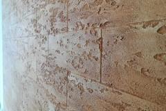 Лучше иметь небольшую стену из штукатурки натурально имитирующей кирпичную кладку чем большую и совершенно плоскую поверхность из обоев или гибкого кирпича.Кирпичная стена-своего рода не устаревающая классика,которая никогда не выйдет из моды.Всегда придаст интерьеру уют и теплоту.