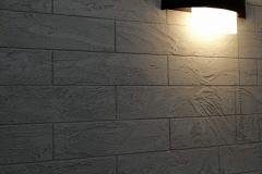 Одна из современных тенденций в отделке помещений — кирпичная стена.Хорошо тем у кого стены кирпичные.Им всего-то и надо, что отбить штукатурку ,да покрыть лазурью то что имеется.Есть обои и плитка «под кирпич», но далеко не все они отличаются правдоподобностью, а хорошие стоят почти как натуральная кирпичная стена. Оптимальный вариант в таком случае — штукатурка Капатект Минерал-Ролпутц имитирующая кирпич для внутренней отделки.