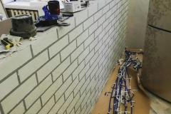 Одна из тенденций отделки помещений-кирпичная стена из штукатурки Минера.Есть обои и плитка«под кирпич»,но далеко не все они отличаются правдоподобностью,а хорошие стоят как натуральный кирпич.Оптимальный вариант в таком случае-самостоятельная изготовленная имитация кирпича для внутренней отделки