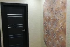 Сочетание декоративной штукатурки Карта Мира из Минеры с орнаментом обречено на успех.Подбор красок прост—все цвета естественным образом вписываются в заданный стиль.