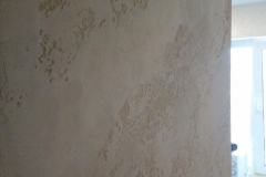 Травертин – это что-то среднее между известняком и мрамором, точнее он является промежуточной формой преобразования одного в другое. Цвет – от белого до желтого и серого . Намного реже встречаются камни красноватого, коричневого и орехового оттенка.