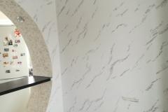 Белый с графитом входящие с состав Травертина,придают интерьеру строгость и стиль.