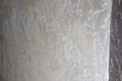 Декоративная штукатурка прекрасно повторяет фактуру камня. Кроме того, используя специальные техники нанесения, на поверхности материала можно создавать интересные узоры и рисунки.