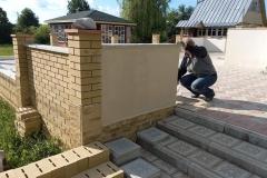 Краска Alpina Fakturfarbe 100 , нанесенная на бетонную поверхность ограждения, выполняет множество полезных функций, среди которых защита изделия и улучшение его внешнего вида.
