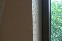 Становится хорошей привычкой жить(работать,отдыхать,заниматься спортом)под скошенной стеной-потолком мансардного этажа.Штукатурка Альпина.