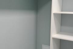 Дизайн гардеробной лучше сделать простым,не перегружая излишними элементами.Так визуально комната будет казаться просторнее,водушнее.Стены краска Amphibolin,потолок Samtex 3