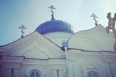 Белый превосходно гармонирует с насыщенным оттенком кровли.Обновлена крыша Свято-Крестовоздвиженского собора.Краска Альпина цвет Ral5005